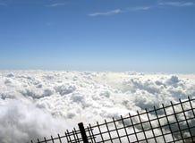 Nubi dietro una rete fissa Fotografia Stock Libera da Diritti