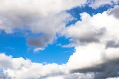 Nubi drammatiche con cielo blu Fotografie Stock Libere da Diritti