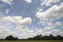 Nubi drammatiche nel cielo fotografie stock libere da diritti