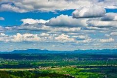 Nubi drammatiche sopra la valle verde immagini stock libere da diritti