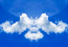 Nubi e cielo blu bianchi Immagini Stock