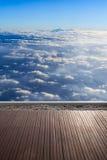 Nubi e cielo blu bianchi vista dal pavimento di legno del terrrace in Immagini Stock