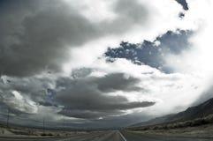 Nubi e deserto della strada. Grandangolare. fotografie stock libere da diritti