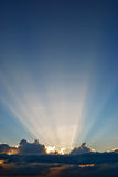 Nubi e fasci del sole Immagini Stock Libere da Diritti