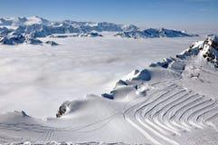 Nubi e nebbia qui sopra, paesaggio di inverno nelle alpi Fotografia Stock Libera da Diritti