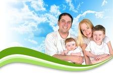Nubi felici della priorità bassa dell'intestazione della famiglia fotografia stock libera da diritti