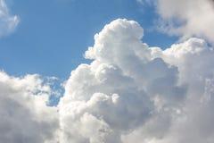 Nubi lanuginose bianche in cielo blu Immagine Stock