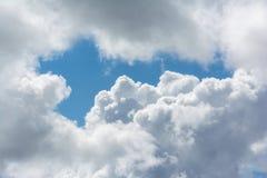 Nubi lanuginose bianche in cielo blu Fotografia Stock