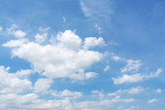 Nubi lanuginose bianche nel cielo blu fotografia stock libera da diritti