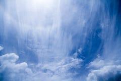 Nubi lanuginose bianche nel cielo blu Immagine Stock