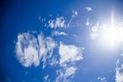 Nubi lanuginose bianche nel cielo blu Fotografie Stock Libere da Diritti