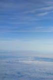 Nubi lanuginose bianche nel cielo blu Fotografie Stock