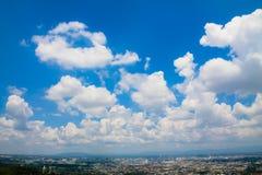 Nubi lanuginose in cielo blu Fotografia Stock Libera da Diritti