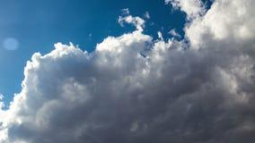 Nubi nel cielo blu stock footage