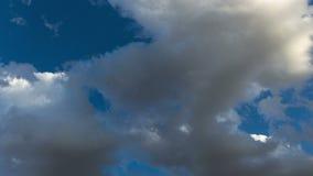 Nubi nel cielo blu video d archivio