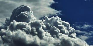 Nubi nel cielo blu immagini stock libere da diritti
