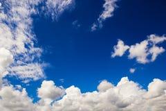 Nubi nel cielo blu Fotografie Stock Libere da Diritti