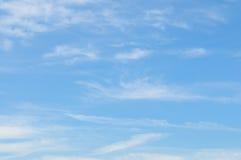 Nubi nel cielo blu Immagine Stock