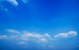 Nubi nel cielo blu Fotografie Stock