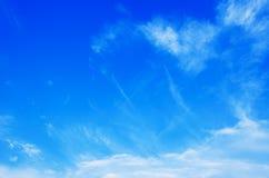 Nubi nel cielo blu Fotografia Stock