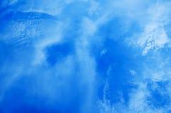 Nubi nel cielo blu Immagini Stock