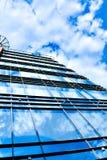 Nubi nel grattacielo lustrato del comitato Fotografie Stock Libere da Diritti