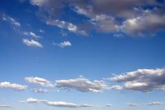 Nubi piene di sole blu dei cieli fotografie stock libere da diritti