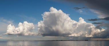 Nubi piovose sopra il fiume Immagini Stock Libere da Diritti