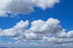 Nubi piovose sopra le montagne Immagini Stock