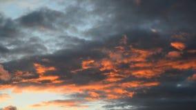 Nubi rosse al tramonto stock footage