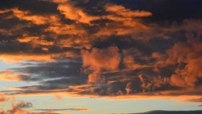 Nubi rosse al tramonto video d archivio