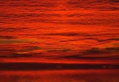 Nubi rosse sul cielo di alba Immagini Stock