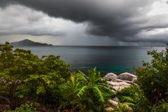 Nubi scure sopra il mare Fotografia Stock