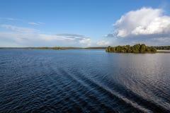 Nubi sopra il fiume Fotografia Stock
