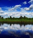 Nubi sopra il fiume Fotografie Stock Libere da Diritti