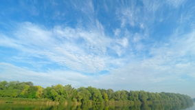 Nubi sopra il fiume archivi video