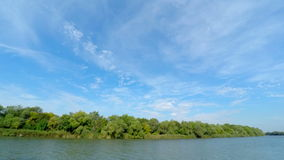 Nubi sopra il fiume stock footage