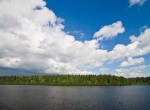 Nubi sopra il fiume di Kovzha Immagini Stock