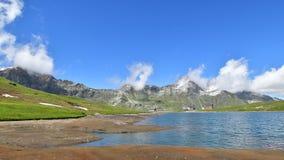 Nubi sopra il lago stock footage