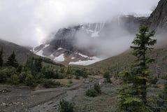 Nubi sopra il supporto Edith Cavell in Montagne Rocciose canadesi Fotografie Stock Libere da Diritti