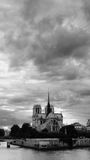 Nubi sopra la cattedrale del Notre Dame de Paris fotografia stock