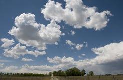 Nubi sopra la strada campestre Fotografie Stock Libere da Diritti