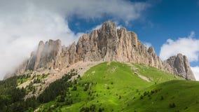 Nubi sopra le montagne stock footage