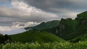 Nubi sopra le montagne archivi video