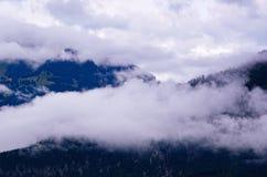 Nubi sopra le montagne Immagini Stock