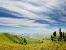 Nubi sopra una valle della montagna. Fotografia Stock