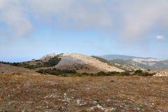 Nubi sotto le montagne Immagini Stock