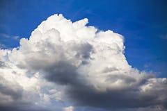 Nubi su cielo blu Fotografie Stock Libere da Diritti