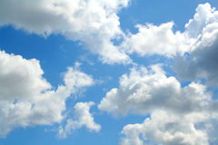 Nubi su cielo blu Immagini Stock
