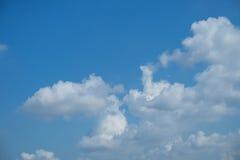 Nubi su cielo blu Immagini Stock Libere da Diritti